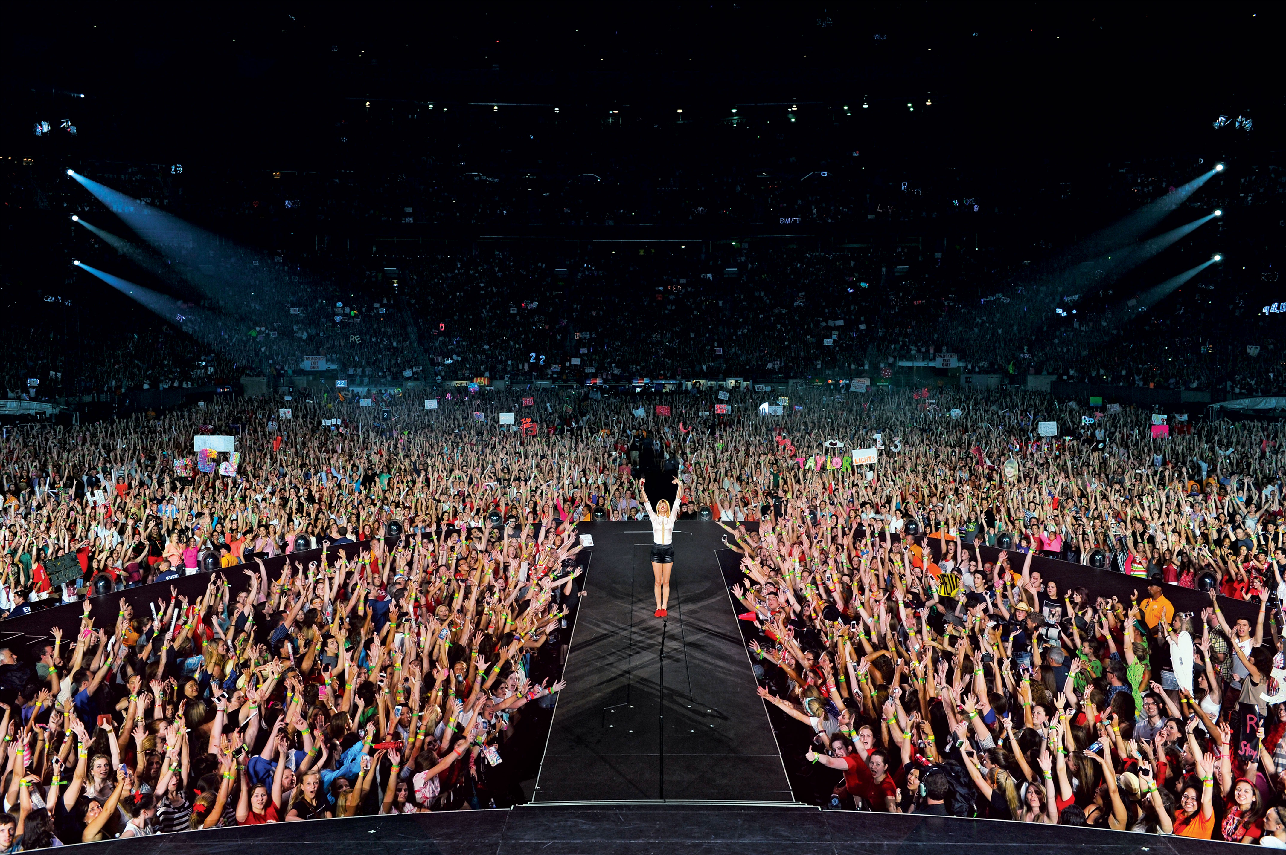 High Resolution View Of Taylor And A Ton Of Cheering Fans