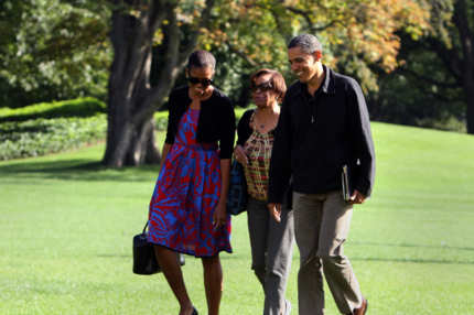 US President Barack Obama (r), First Lady Michelle Obama (l) and her mother Marian Robinson return to the White House in Washington after a weekend at Camp David presidential retreat on October 9, 2011.   AFP PHOTO/Chris KLEPONIS (Photo credit should read CHRIS KLEPONIS/AFP/Getty Images)