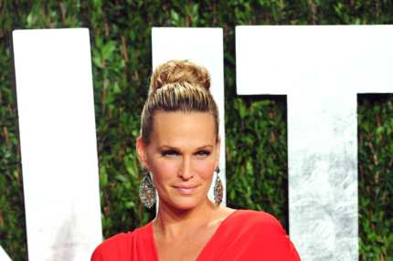 Actress Molly Sims arrives at the 2012 Vanity Fair Oscar Party hosted by Graydon Carter at Sunset Tower on February 26, 2012 in West Hollywood, California.