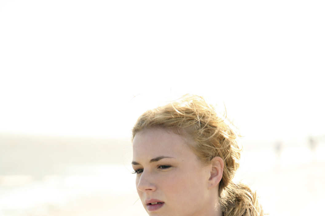 In the premiere episode Emily returns to Southampton and rents the seaside home she shared with her father 17 years ago.