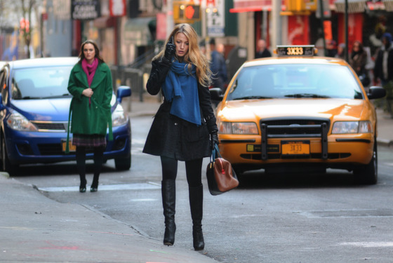 """Cross Rhodes"" GOSSIP GIRL Pictured (L-R) Leighton Meester as Blair Waldorf and Blake Lively as Serena VanDer Woodsen PHOTO CREDIT: NICOLE RIVELLI / THE CW ©2011 THE CW NETWORK. ALL RIGHTS RESERVED."