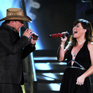 LOS ANGELES, CA - FEBRUARY 12:  Singers Jason Aldean (L) and Kelly Clarkson perform onstage at the 54th Annual GRAMMY Awards held at Staples Center on February 12, 2012 in Los Angeles, California.  (Photo by Kevin Winter/Getty Images)