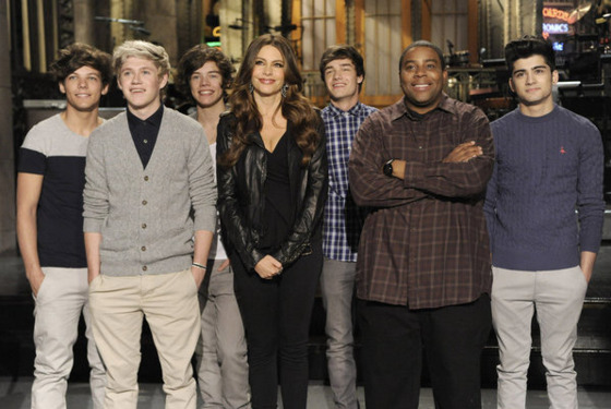 "SATURDAY NIGHT LIVE -- ""Sofia Vergara"" Episode 1616 -- Pictured: (l-r) One Direction, Sofia Vergara, Kenan Thompson -- (Photo by: Dana Edelson/NBC)"