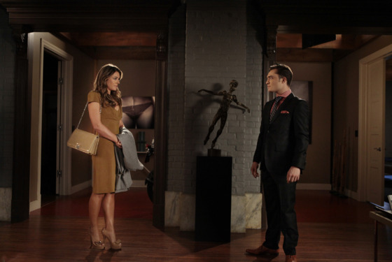 "Gossip Girl ""Salon Of The Dead"" Pictured (L-R) Elizabeth Hurley as Diana and Ed Westwick as Chuck PHOTO CREDIT: GIOVANNI RUFINO / THE CW ©2011 THE CW NETWORK. ALL RIGHTS RESERVED"