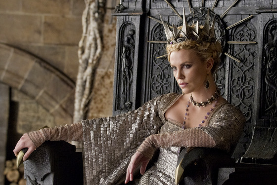 "OscarÆ winner CHARLIZE THERON is the Queen in the epic action-adventure ""Snow White and the Huntsman"", the breathtaking new vision of the legendary tale from the producer of ""Alice in Wonderland""."