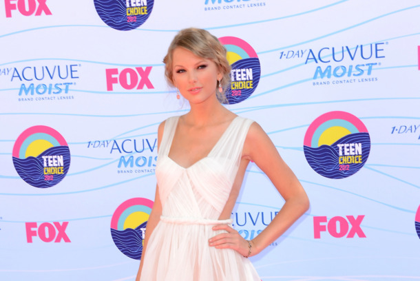 UNIVERSAL CITY, CA - JULY 22:  Musician Taylor Swift  arrives at the 2012 Teen Choice Awards at Gibson Amphitheatre on July 22, 2012 in Universal City, California.  (Photo by Jason Merritt/Getty Images)