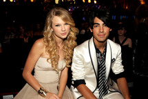 Singers Taylor Swift and Joe Jonas at the 2008 MTV Video Music Awards  at Paramount Pictures Studios on September 7, 2008 in Los Angeles, California.