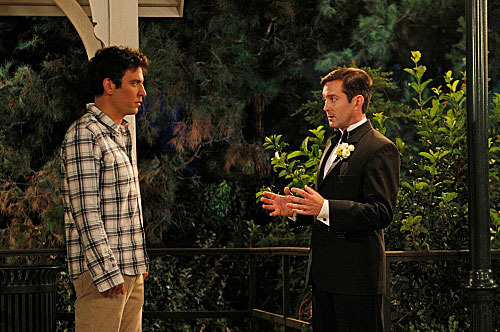 """Farhampton"" -- Robin's anxiety on her wedding day to Barney prompts Ted (Josh Radnor, left) to recount the time he insisted on leaving Victoria's jilted fiance (Thomas Lennon, right) a note before they drove off into the sunset together, on the eighth season premiere of HOW I MET YOUR MOTHER,"