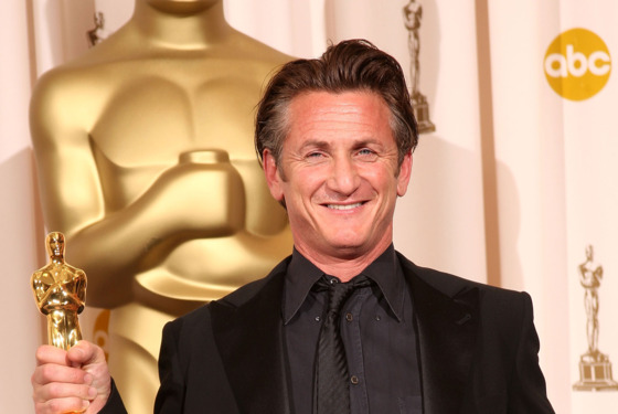 "LOS ANGELES, CA - FEBRUARY 22:  (EDITORS NOTE: NO ONLINE, NO INTERNET, EMBARGOED FROM INTERNET AND TELEVISION USAGE UNTIL THE CONCLUSION OF THE LIVE OSCARS TELECAST)  Actor Sean Penn poses in the press room after winning the award for Best Actor for ""Milk"" at the 81st Annual Academy Awards held at Kodak Theatre on February 22, 2009 in Los Angeles, California.  (Photo by Jason Merritt/Getty Images) *** Local Caption *** Sean Penn"