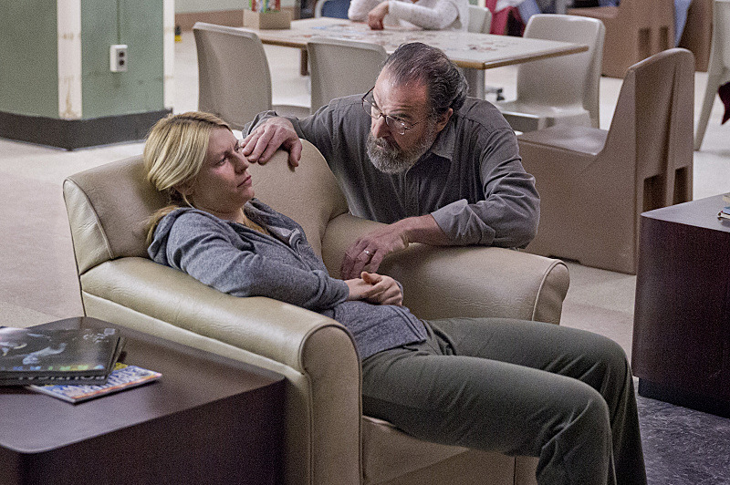 Claire Danes as Carrie Mathison and Mandy Patinkin as Saul Berenson in Homeland (Season 3, Episode 2). - Photo:  Kent Smith/SHOWTIME - Photo ID:  homeland_302_1165.R
