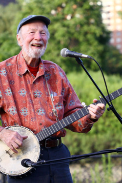 NEW YORK - SEPTEMBER 03: Singer Pete Seeger performs at the 2009 Dorothy and Lillian Gish Prize special outdoor tribute at Hunts Point Riverside Park on September 3, 2009 in New York City. (Photo by Astrid Stawiarz/Getty Images) *** Local Caption *** Pete Seeger
