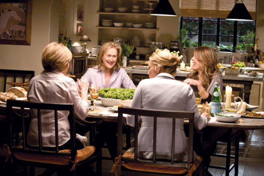 IT'S COMPLICATED, back, from left: Meryl Streep, Rita Wilson, 2009. Ph: Melinda Sue Gordon/©Universa