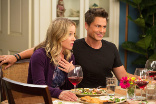 "THE GRINDER: L-R:  Guest star Christina Applegate and Rob Lowe in the ""A Bittersweet Grind (Une Mouture Amer)"" airing Tuesday, Nov. 3 (8:30-9:00 PM ET/PT) on FOX.  ©2015 Fox Broadcasting Co.  Cr:  Greg Gayne/FOX"