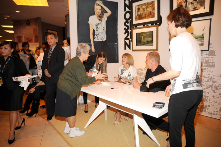 Anna Wintour signing tees in Queens on the first FNO. Memories!
