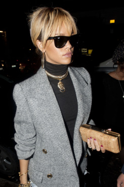 Rihanna out last night, purse at the ready.
