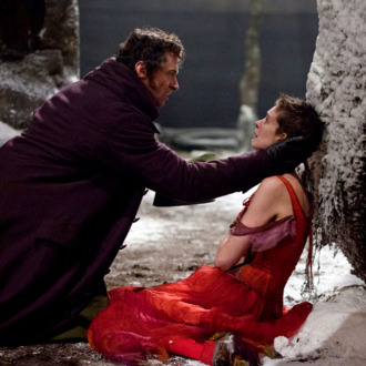 HUGH JACKMAN as Jean Valjean and ANNE HATHAWAY as Fantine in Les Mis?rables.
