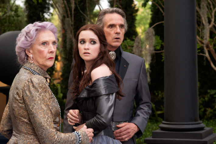 """(L-r) EILEEN ATKINS as Gramma, ALICE ENGLERT as Lena Duchannes and JEREMY IRONS as Macon Ravenwood in Alcon Entertainment's supernatural love story """"BEAUTIFUL CREATURES,"""" a Warner Bros. Pictures release."""