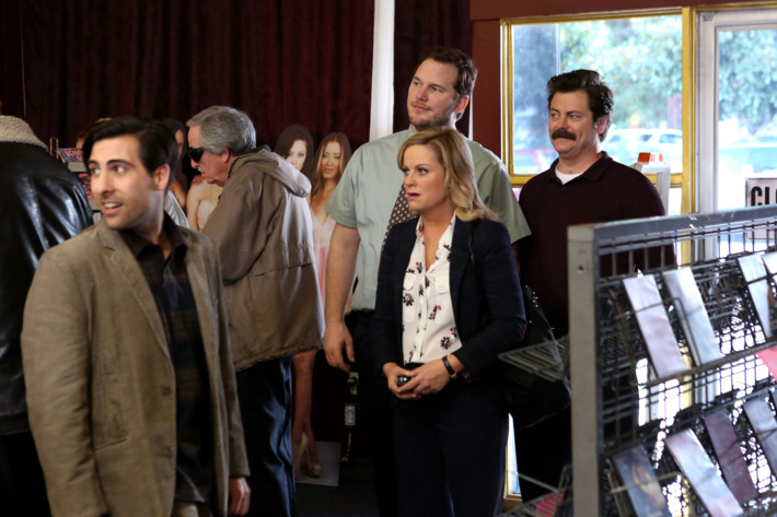 """PARKS AND RECREATION -- """"Bailout"""" Episode 515 -- Pictured: (l-r) Jason Schwartzman as Dennis Lerpiss, Amy Poehler as Leslie Knope, Chris Pratt as Andy, Nick Offerman as Ron Swanson"""