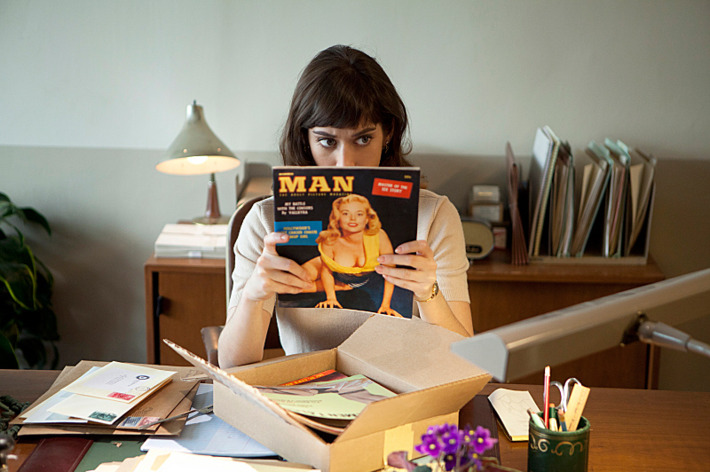 Lizzy Caplan as Virginia Johnson in Masters of Sex (season 1, episode 1) - Photo: Craig Blankenhorn/SHOWTIME - Photo ID: mastersofsex_101_1057_NB