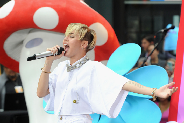 """NEW YORK, NY - OCTOBER 07:  Miley Cyrus performs on NBC's """"Today"""" at the NBC's TODAY Show on October 7, 2013 in New York, New York.  (Photo by Jamie McCarthy/Getty Images)"""