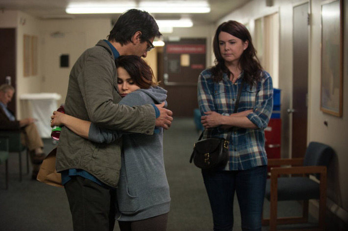 """PARENTHOOD -- """"The Pontiac"""" Episode 522 -- Pictured: (l-r) Ray Romano as Hank, Mae Whitman as Amber, Lauren Graham as Sarah -- (Photo by: Colleen Hayes/NBC)"""