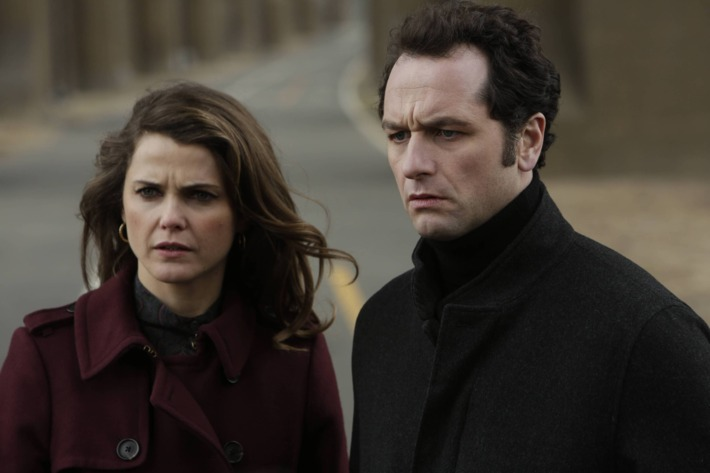 """THE AMERICANS -- """"Echo"""" -- Episode 13 (Airs Wenesday, May 21, 10:00 PM e/p) Pictured: (L-R) Keri Russell as Elizabeth Jennings, Matthew Rhys as Philip Jennings. CR. Patrick Harbron/FX"""