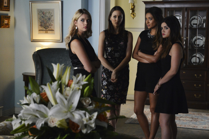 """PRETTY LITTLE LIARS - """"Surfing the Aftershocks"""""""