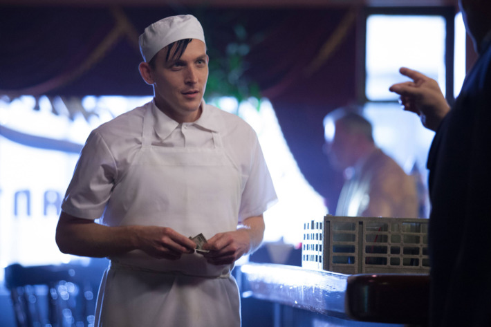"""GOTHAM: Oswald Cobblepot (Robin Lord Taylor) finds a new job in the """"The Balloonman"""" episode of GOTHAM airing Monday, Oct. 6 (8:00-9:00 PM ET/PT) on FOX. ?2014 Fox Broadcasting Co. Cr: Jessica Miglio/FOX"""