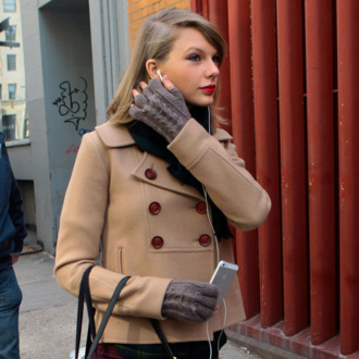 NEW YORK, NY - MARCH 27: Taylor Swift is seen as she goes for a stroll on March 27, 2014 in New York City. (Photo by Ignat/Bauer-Griffin/GC Images)