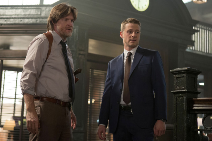 """GOTHAM: Detectives James Gordon (Ben McKenzie, R) and Harvey Bullock (Donal Logue, L) address corruption within the GCPD in the """"Welcome Back, Jim Gordon"""" episode of GOTHAM airing Monday, Jan. 26 (8:00-9:00 PM ET/PT) on FOX. ?2015 Fox Broadcasting Co. Cr: Jessica Miglio/FOX"""