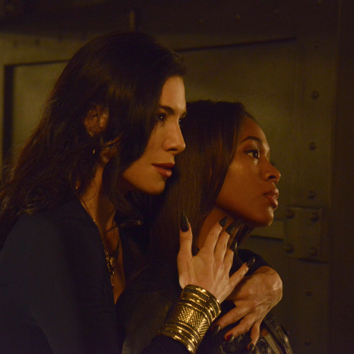SLEEPY HOLLOW: Carmilla (guest star Jaime Murray, L) threatens Abbie (Nicole Beharie, R) in the