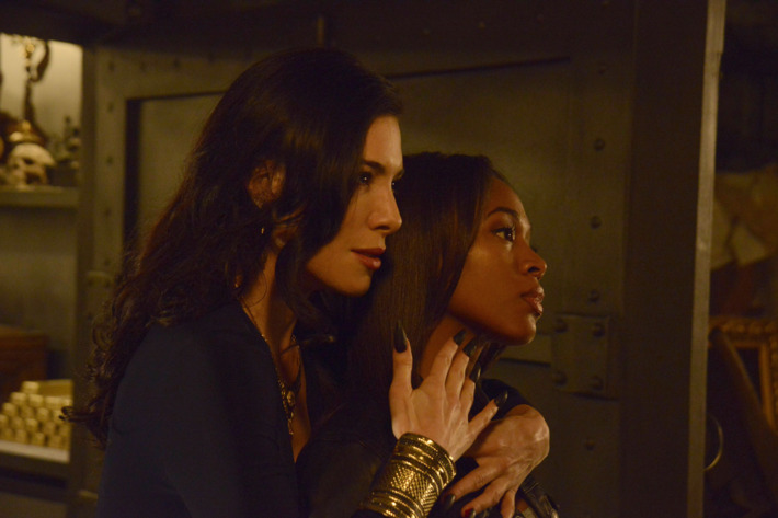 "SLEEPY HOLLOW: Carmilla (guest star Jaime Murray, L) threatens Abbie (Nicole Beharie, R) in the ""Kali Yuga"" episode of SLEEPY HOLLOW airing Monday, Jan. 26 (9:00-10:00 PM ET/PT) on FOX. ?2014 Fox Broadcasting Co. CR: Brownie Harris/FOX"