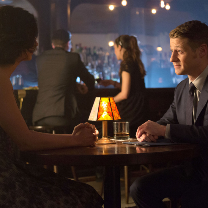 GOTHAM: Detective James Gordon (Ben McKenzie, R) and Dr. Leslie Thompkins (guest star Morena Baccarin, L) go on a date in the