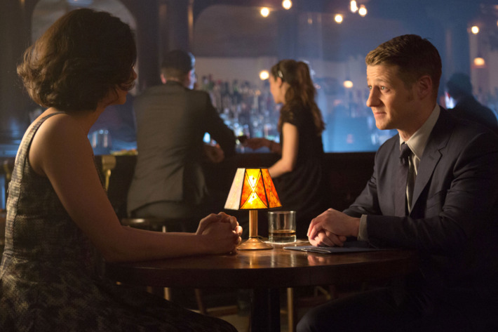 """GOTHAM: Detective James Gordon (Ben McKenzie, R) and Dr. Leslie Thompkins (guest star Morena Baccarin, L) go on a date in the """"The Fearsome Dr. Crane"""" episode of GOTHAM airing Monday, Feb. 2 (8:00-9:00 PM ET/PT) on FOX. ?2015 Fox Broadcasting Co. Cr: Jessica Miglio/FOX"""