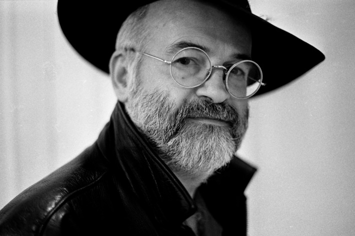 Portrait of author Terry Pratchett, London, 1996. (Photo by Martyn Goodacre/Getty Images)