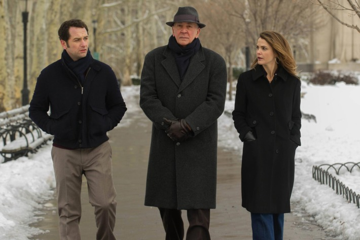 "THE AMERICANS -- ""Do Mail Robots Dream of Electric Sheep"" Episode 309 (Airs Wednesday, March 25, 10:00 PM e/p) Pictured: (L-R) Matthew Rhys as Philip Jennings, Frank Langella as as Gabriel, Keri Russell as Elizabeth Jennings. CR: Jeffrey Neira/FX"