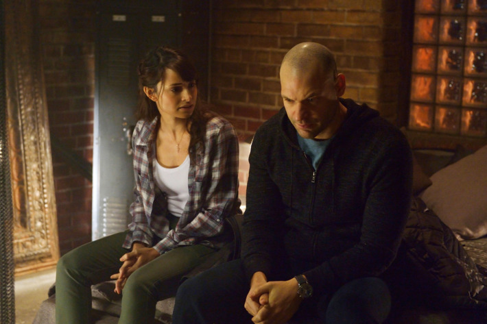 """THE STRAIN -- """"Intruders"""" -- Episode 208 (Airs August 30, 10:00 pm e/p) Pictured: (l-r) Mia Maestro as Nora Martinez, Corey Stoll as Ephraim Goodweather.CR: Michael Gibson/FX"""