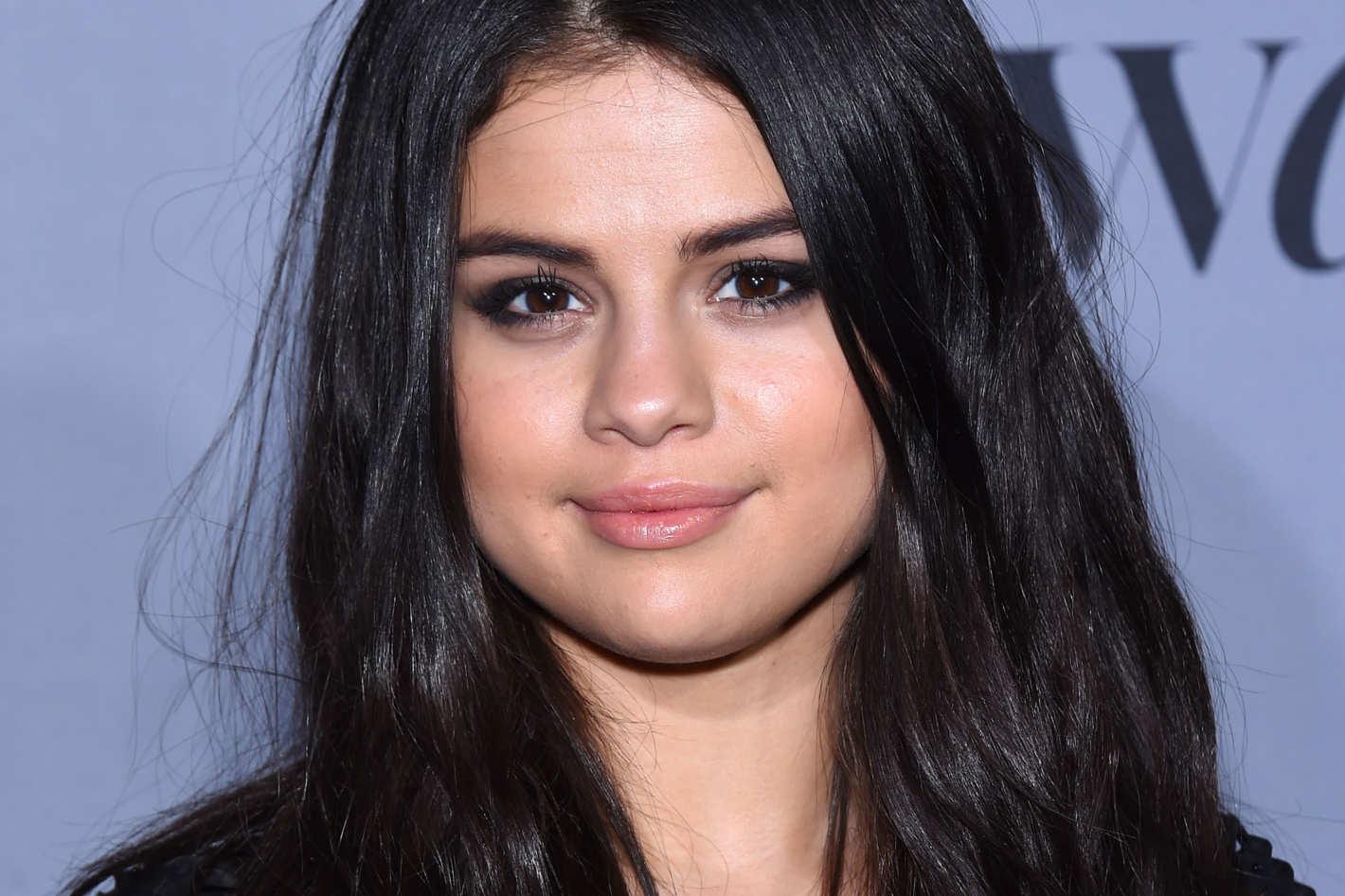 Netflix Orders Selena Gomezs Teen Suicide Drama 13 Reasons Why To