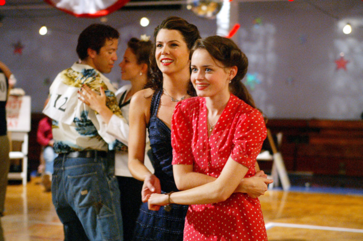 """GILMORE GIRLS (Season 3)""""They Shoot Gilmores, Don't They?""""Image# GG307-41FC9334Pictured (left to right): Lauren Graham as Lorelai Gilmore, Alexis Bledel as Rory GilmorePhoto Credit: ©The WB/ Mitchell Haddad"""