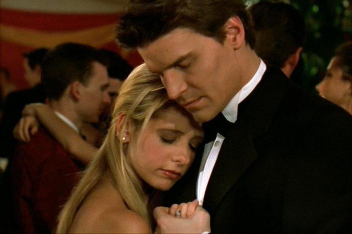 """Série """"Buffy"""" - Page 11 13-buffy-the-vampire-slayer-prom-1.w700.h467"""